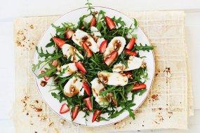 Cashew, mozzarella and strawberry salad